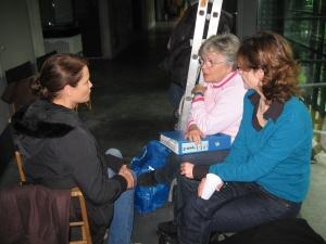Am Set in Adlershof: Anja Kling, Tatjana Sterneberg und Drehbuchautorin Kristin Derfler (v.li.) im Gespräch - Foto: LyrAg