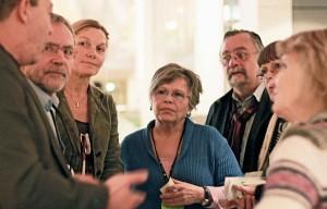 Nach der FRG-Debatte im Bundestag 2012: Anton Schaaf und Sonja Steffen (SPD) im Gespräch mit Diktatur-Opfern - Foto: Michael Merz