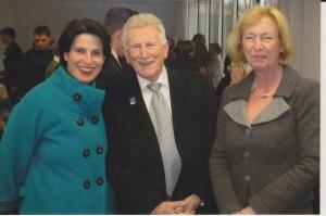 Lothar Scholz (Mitte), vormaliger stv. UOKG-Vorsitzender, gehört zu den unbeugsamen Kritikern Rainer Wagners, hier 2008 mit  Ministerin Prof. Johanna Wanka (re.) und der Historikerin Ines Reich - Foto: LyrAg