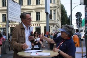Unterschriftensammlung für Umbenennung 2012: Auch Uwe Müller, Redakteur (links) mit Tatjana Sterneberg, stellte sich hinter die Forderung nach einer Peter-Fechter-Straße - Foto: LyrAg