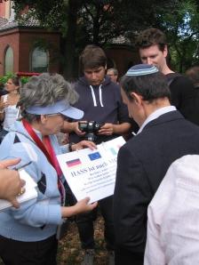 """Die Hoheneckerin Tatjana Sterneberg (links) übergab seinerzeit ein Transparent an Rabbi Alter (rechts) : """"Hass ist Mord"""" - Foto: LyrAg"""