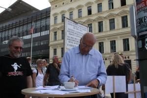 """Auch Dr. Burkhart Veigel votierte 2012 für die """"Peter-Fechter-Straße"""" , hier bei der >Unterschriftenaktion der Vereinigung 17. Juni am Checkpoint Chalie - Foto: LyrAg"""