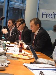 Eine FDP-Troika leitete souverän die Anhörung (v.l.n.r.): Reiner Deutschmann, Patrick Kurth (Moderation), B. Müller-Sönksen- Foto: LyrAg