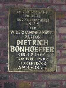 Vielfache historische Spuren - Gedenktafel an der Außenfront