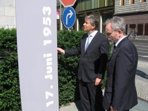 """Stellte sich hinter die Forderung nach einer Platzbenennung : Klaus Wowereit,  C.W.Holzapfel  (v.li.) vor der errichteten Tafel """"17.Juni 1953"""" - Foto:LyrAg"""