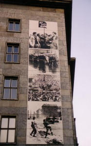 Insgesamt drei Fototafeln erinnerten an den 17. Juni - Foto: LyrAg