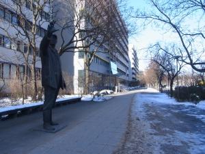 BStU-Ortszeit: 23.03., 13:13Uhr - Nur die Skulptur stand im eisigen Wind vor dem Beschäftigungsort einstiger Stasi-Mitarbeiter - Foto: LyrAg