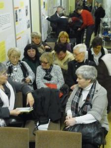 Zwölf ehem. Hoheneckerinnen im engen Museums-Flur: Erinnerungen an Zellen-Enge - Foto: LyrAg
