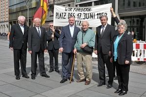 Auch 2012 Demo vor dem Finanzministerium mit Klaus Wowereit (2.v.r.) und Frank Henkel (4.v.r.) - Foto: Landespresse