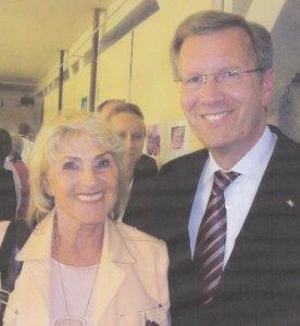 Er hatte die Gedenkstätte bei senem Besuch im Mai 2011 in Hoheneck angemahnt: Bundespräsident Christian Wulff  (re.) neben Ellen Thiemann (li.)    -       Foto: LyrAg