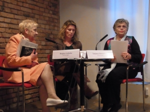 Auf dem Podium in Schwerin: Regina Labahn, Dagmar Hovestädt u. Tatjana Sterneberg (von li.). - Foto: LyrAg