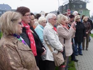 Gemeins am Gedenkstein vorder Burg: 2012 noch einträchtig: Ehem. Hoheneckerinnen bei der Ehrung der Toten von Hoheneck in Stollberg - Foto: LyrAg Foto: LyrAg