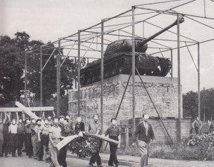 Errichtung des und stellten das Holzkreuz der Panzerkanone entgegen. Fotos: Archiv 17.Juni