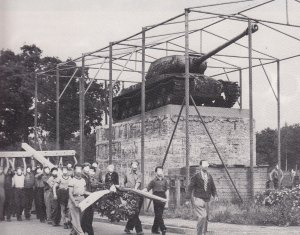 ... um es gegenüber einer Panzerkanone am Kleeblatt aufzustellen. Fotos: Archiv 17.Juni