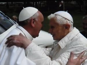 Franziskus´ Botschaft: Begegnung statt Ausgrenzung - hier mit seinem Vorgänger im Amt Benedikt XVI. Foto: LyrAg