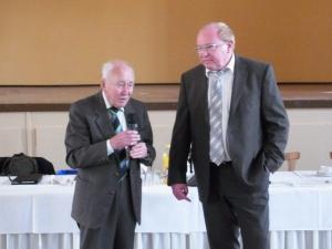 Der scheidende Vorsitzende Harald Möller dankt dem Spender mit bewegten Worten. Foto: LyrAg