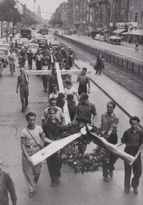 Aufstandsteilnehmer und junge Berliner trugen im Juni 1953 ein Holzkreuz durech die Bezirke nach Zehlendorf ...