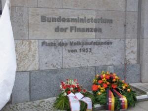 """Seit 2013 ist der Platz vor dem einstigen """"Haus der Ministerien"""" nach dem Volksaufstand benannt. - Foto: LyrAg"""