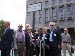Stolz auf ihren Verein, der nie aufgab: Mitglieder unter dme neuen Straßenschild