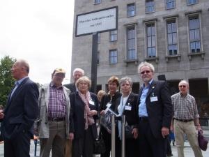 Am Ziel: Zum 60. Jahrestag wurde unsere Forderung erfüllt, der Platz benannt. Foto: LyrAg