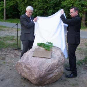 Martin Gutzeit (li.) und Oliver Igel enthüllten den Gedenkstein, den zuvor die Vereinigung 17. Juni mit einem Eichenzweig geschmückt hatte. Foto: LyrAg