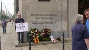 """Holzapfel 2005 nach dem 9. Tag mit einem Schild: """"Platz des 17. Juni 1953"""". Foto: LyrAg"""