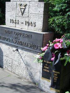 Den Toten der braunen Tyrannei. Seit 6 Jahren auf unsere Initiative in das Gedenken einbezogen -               Foto: LyrAg
