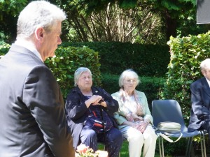 Auf dem Friedhof Seestraße 2013 : Bundespräsident Joachim Gauck, Edith Fiedler und Renate Weiß - Foto: LyrAg