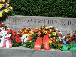 Einmal im Jahr Kränze und Blumen für die Opfer des Aufstandes - Foto: LyrAg