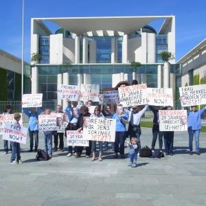 Freiheitsforderungen vor dem Kanzleramt am heutigen Mittwoch - Foto: LyrAg