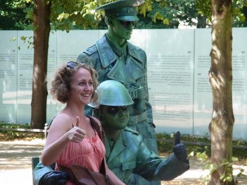 Vor dem Denkmal an die NS-Opfer der Roma und Sinti am Berliner Reichstag: Unerträgliche Provokation - Wie lange noch? - Foto: LyrAg 24.07.2012