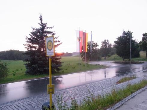 Trügerische Idylle: Vor dem Haupteingang zum Bezirkskrankenhaus in  Bayreuth am vergangenen Wochenende. Für Gustl Mollath erneuit ein  Wochende zu viel... - Foto: LyrAg