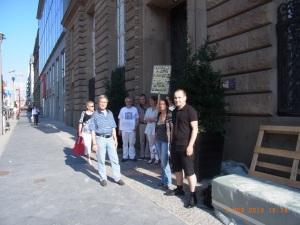 Erst eins, dann zwei, dann ... Demonstranen vor der Bayerische Landesvertetung in Berlin - Foto: LyrAg