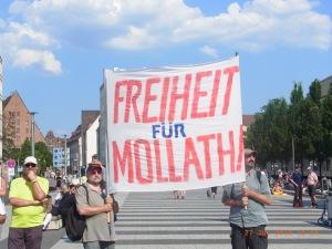 Oft verhelfen nur breite Proteste empörter Bürger (wie hier im Fall Mollath in Nürnberg) dem Rechtsstaat Geltung - Foto: LyrAg
