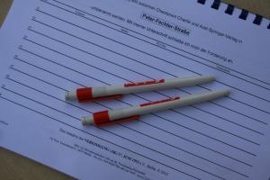 Unterschriftenaktion zum 50. Jahrestag am Checkpoint Charlie, bisher ohne Ergebnis - Foto: LyrAg