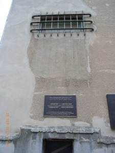 Düstere Vergangenheit: Erinnerungstafel unter dem Zellengitter: KGB-Gefängnis Leistikowstraße - Foto: LyrAg
