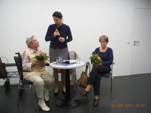 Am Ende verdienter Dank: Blume4n für Helga Gäbel (li.) und Anita Goßler (re.), Mitte: Dr.Ines Reich - Foto: LyrAg