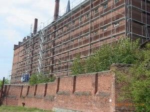 Bereits eingerüstet: Das ehemalige Zellenhaus - Foto: LyrAg
