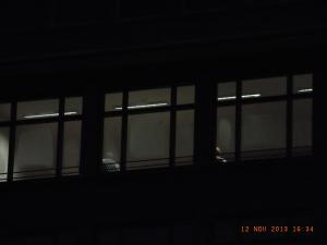 Ab und an waren Teilnehmer durch ein Fenster zu sehen -      Foto: LyrAg