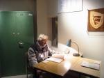Der Autor an einem Stasi-Schreibtisch