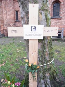 Ab heutigen  Sonntag , 22.12.,  erinnert wieder ein Kreuz an den sinnlosenTod von Paul Schutz -  Foto LyrAg