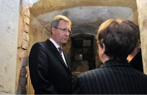 Christian Wulff 2011 mit Anita G. vor der Wasserzelle in Hoheneck. Gegenüber Wulff beteuerte G., nie in Hoheneck in der Wasserzelle gewesen zu sein - Foto LyrAg