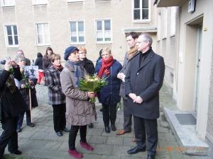 Gisela Geue, die Schwester Fechters (vorn mit Blumen) mit Bgm. Matthias Köhne (von rechts), Lars Holborn, Pressesprecherin Kirsten Huthmann und Maria Nooke - Foto: LyrAg