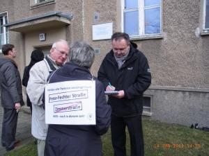 Auch Unterschriften für eine Peter-Fechter-Straße wurden vor Ort von der Vereinigung 17. Juni eingeholt -          Foto: LyrAg