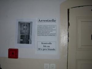 Der Arrst wurde auch ohne Wasserzelle als Folter empfungen - Foto: LyrAg