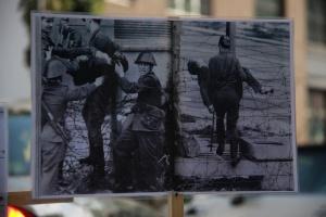 Der Abtransport von Peter Fechter am 17.08.1962 - Sollen künftig gleiche Bilder von der Grenze Mexiko/USA die Welt erschüttern? (Plakat: Vereinigung 17. Juni 1953 e.V.)