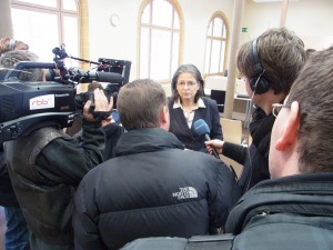 Umringt: Die als Sachverständige geladene Landesbeauftragte Ulrike Poppe -           Foto: LyrAg