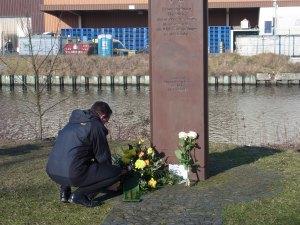 Oliver Igel legte an der Stele ein Blumengebinde nieder - Foto: LyrAg