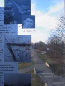 Die Erinnerungstafel an der Chris-Gueffroy-Allee mußte wegen Vandalismus bereits 3 x erneuert werden. Blick auf den Zugang zur Gedenkstele am Zweigkanal. - Foto: LyrAg