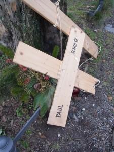 Denkmal-Schändung - Hier das zerbrochene Kreuz, das an der TZhomaskirche in Kreuzberg an den erschossenen Paul Schulz erinnern sollte - Foto: LyrAg (2014)